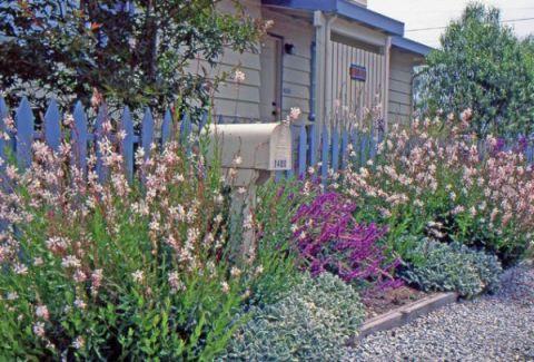 giardino con staccionata colorata