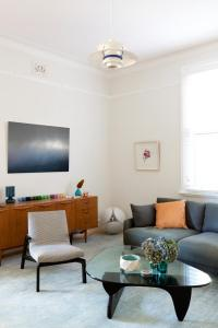 1915 Apartment Gets A Mid-Century Modern Update