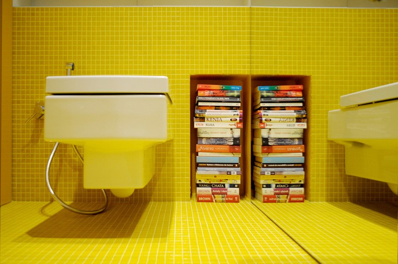 Colorful-apartment-in-Poland-yelow-bathroom-books