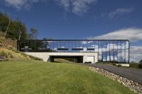 Reflective Glass House Becomes One With Nature