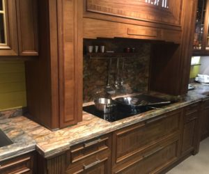 Earth colors marble backsplash