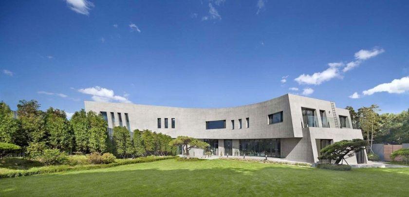 Grey contemporary residence in south korea and green facade