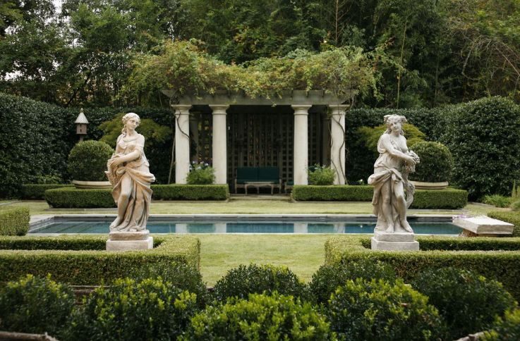 point in displaying garden statues - symmetry