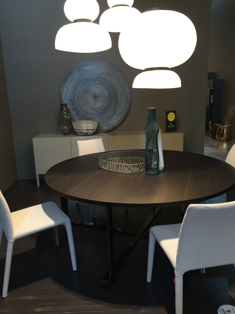 round dining table with bend base