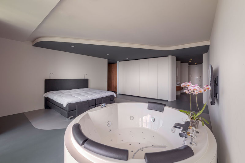 rotterdam-penthouse-master-bedroom-jacuzzi