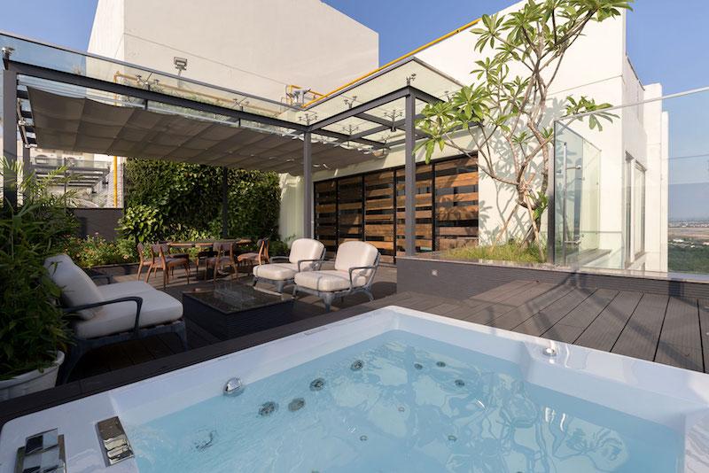 Penthouse Ecopark outdoor jacuzzi