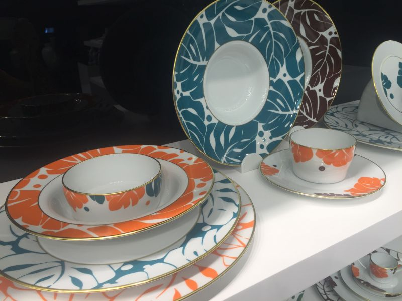 Teal plates to decorate the table