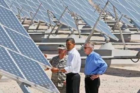 O presidente Barack Obama, o líder da maioria no Senado Harry Reid, de Nevada, e o coronel Howard Belote, verificaram os painéis solares na Base da Força Aérea de Nellis, em Nevada, em maio de 2009.