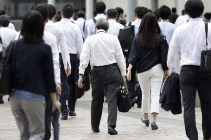 موظفون يابانيون يخرجون من عملهم | عبر بلومبرغ