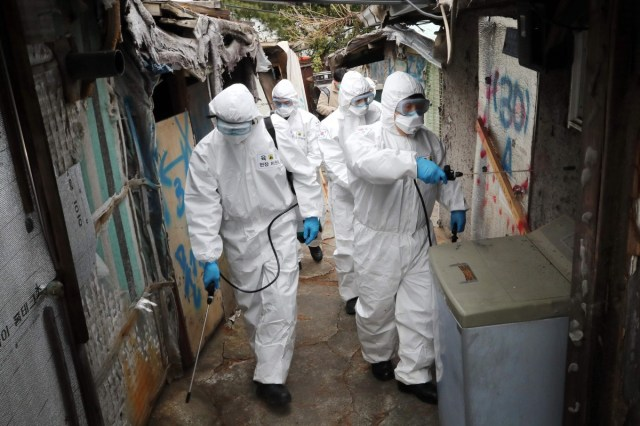 Południowokoreańscy żołnierze ubrani w Seul w ochronne środki dezynfekujące w ramach środków zapobiegawczych przeciwko koronawirusowi.  Zdjęcie: AFP