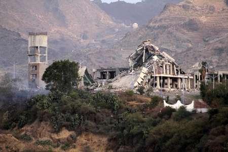 Le palais présidentiel de Taëz, dans le sud-est du Yémen, a été réduit à l'état de ruines par les raids aériens, le 17 avril 2015 ( TAHA SALEH (AFP) )