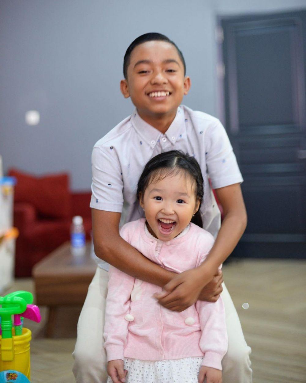 11 Potret Kedekatan Thalia & Betrand Peto, Sibling Goals!