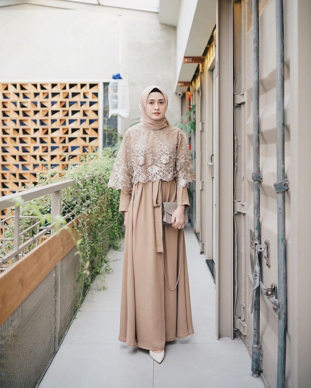 10 Ide Simple Dress dengan Hijab buat Kondangan, Modelnya Kekinian