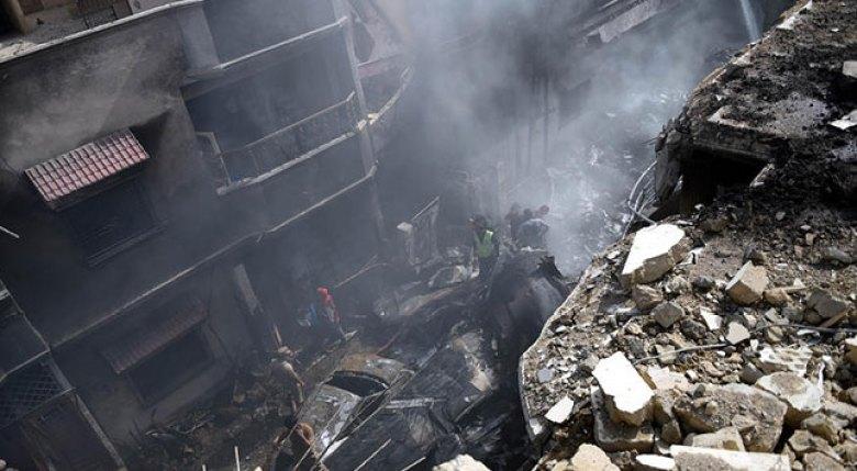Pakistanda düşen yolcu uçağından bir kişi sağ kurtuldu