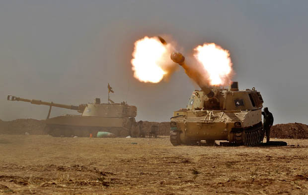 Tank firing at Mosul in Iraq