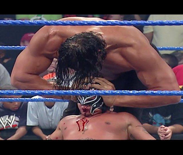 Great Khali Atttempts To Crush Rey Mysterios Head