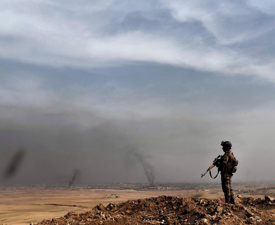 Un Miembro de la 9ª División Mantiene Una s posición En Una Colina en Talul al-Atshana, en las afueras del suroeste de Mosul