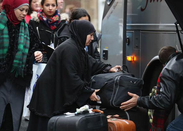 Las mujeres inmigrantes que llevan su equipaje