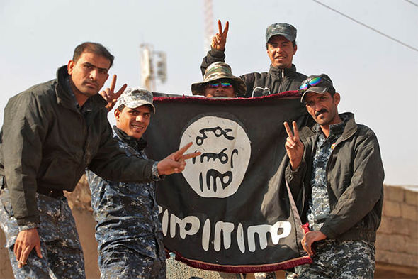 Iraqi soldiers with a captured ISIS flag