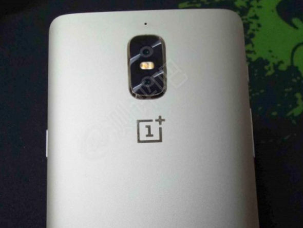 Previous OnePlus 5 leaks show a vertically-stacked dual camera set-up above the logo