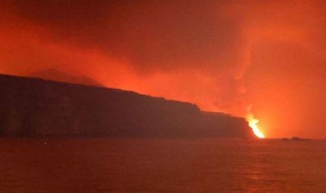 La Palma volcano: Lava reaches the ocean as officials warn of toxic gas explosion