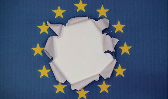 Una bandera de la UE con un agujero en él