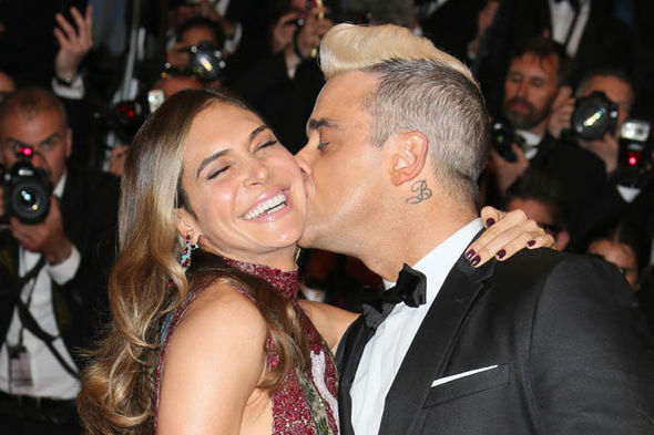 ROBBIE WILLIAMS AND AYDA FIELDS KISSING