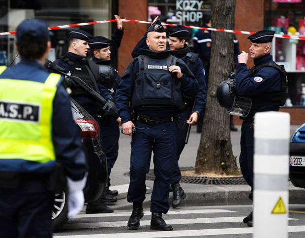 French police officers stand guard at a cordoned off area in front of the financial crimes court building (pole financier du tribunal de grande instance) following a bomb alert in central Paris on March 20, 2017