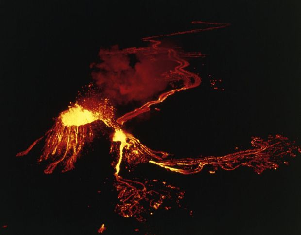 Kilauea volcano erupts in 1987