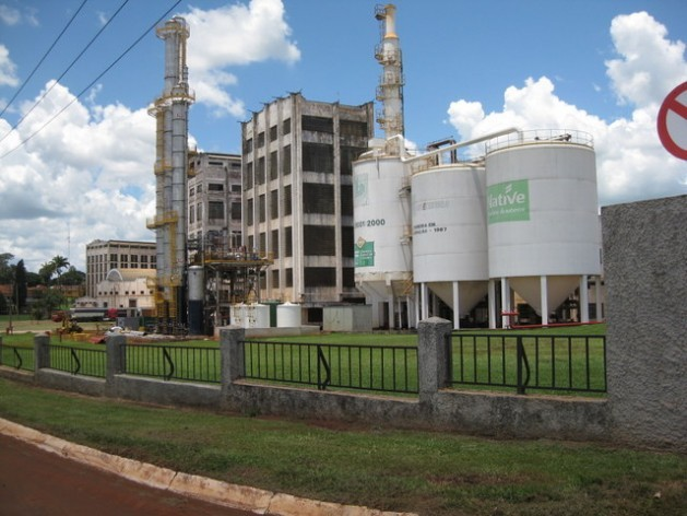 An industrial sugar and ethanol plant in Sertãozinho, in the southern Brazilian state of São Paulo. The sugar cane industry in Brazil has shrunk under the government of Dilma Rousseff, due to the gasoline subsidy, which dealt a blow to its competitor, ethanol. Credit: Mario Osava/IPS