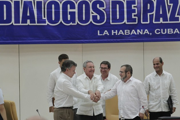 Cuban President Raúl Castro (C) shakes hands with Colombian President Juan Manuel Santos (L) and FARC leader Rodrigo Londoño on Sep. 23 in Havana, a historic moment when the two sides set a Mar. 23 deadline for reaching a peace deal for Colombia – a deadline that was not met. Credit: Jorge Luis Baños/IPS