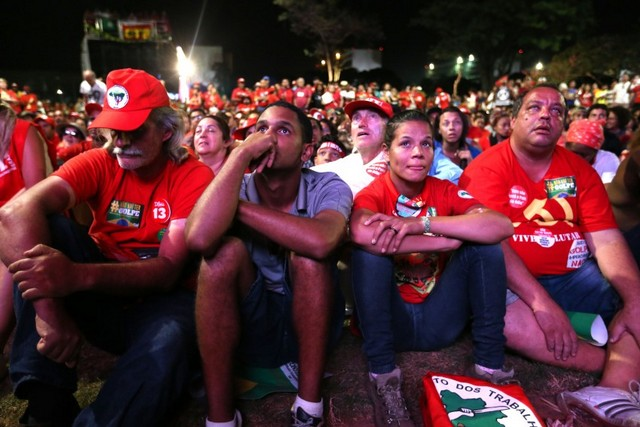 Supporters of Brazilian President Dilma Rousseff displayed intense disappointment on Sunday Apr. 17 outside the lower house of Congress in Brasilia as the voting reflected an overwhelming majority in favour of impeachment. Credit: Fábio Rodrigues Pozzebom/ Agência Brasil