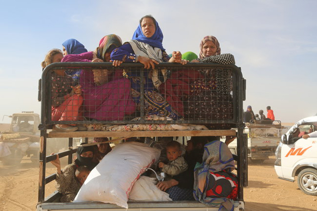 Children and adults fleeing from ISIL-controlled areas in rural Raqqa. More than 5,000 people have fled their homes over the past week to escape the fighting. © UNICEF/UN039551/Soulaiman
