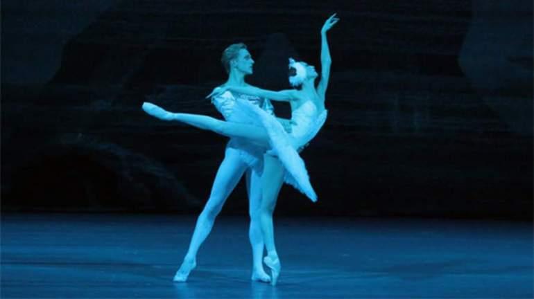 Сцена из балета «Лебединое озеро» в постановке Большого театра