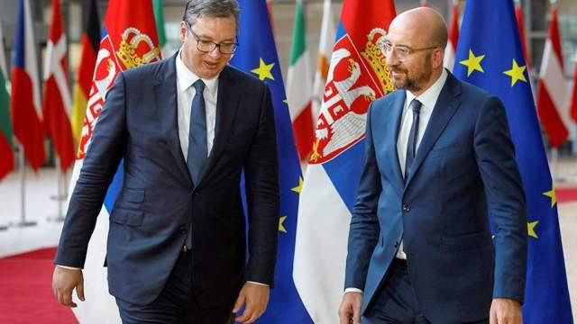 Президент Сербии Александр Вучич ипредседатель Европейского совета Шарль Мишель на саммите ЕС в Брюсселе. 26 июня 2020 года