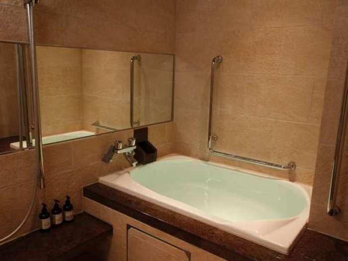 小田急 山のホテルの温泉付き和洋室(バリアフリー対応)バスルーム