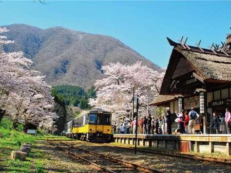 【湯野上温泉駅】全国唯一の『茅葺(かやぶき)』の駅舎です。中には囲炉裏があります。