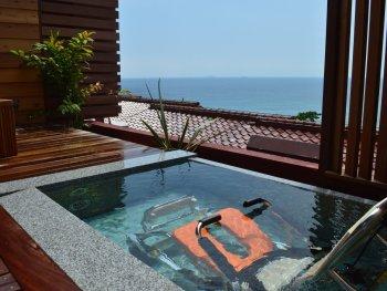 【下田大和館】304号室の車椅子のまま入浴可能の昇降機能付き露天風呂