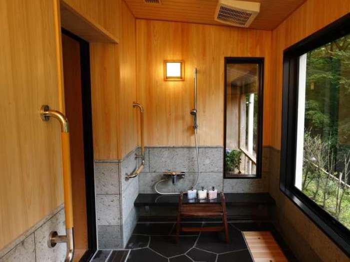 【ホテルはつはな】ひのき風呂付き和洋室ユニバーサルスタイルの浴室の洗い場