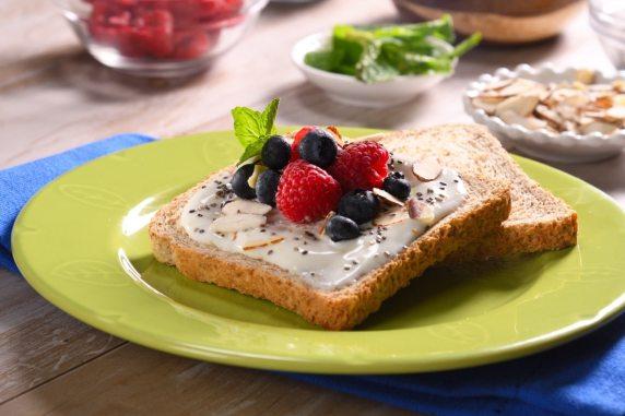 Tostada de Yoghurt Griego con Miel y Frutos Rojos