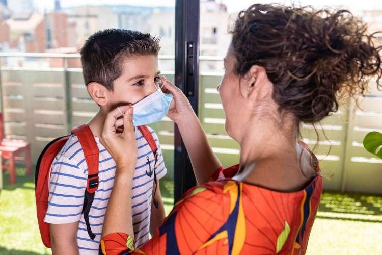 Po skoraj 3 mesecih se v devetih regijah del učencev vrača v šole, otroci pa v vrtce