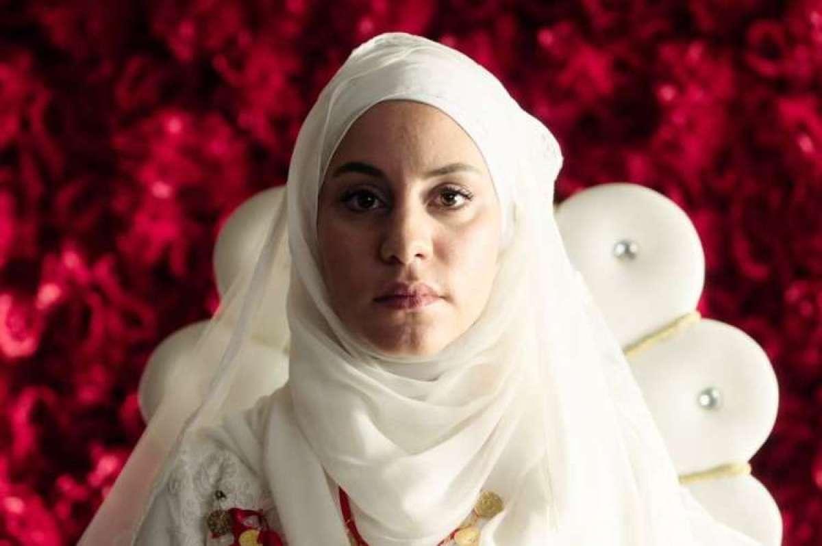 Almila Bagriacik v vlogi Aynur.