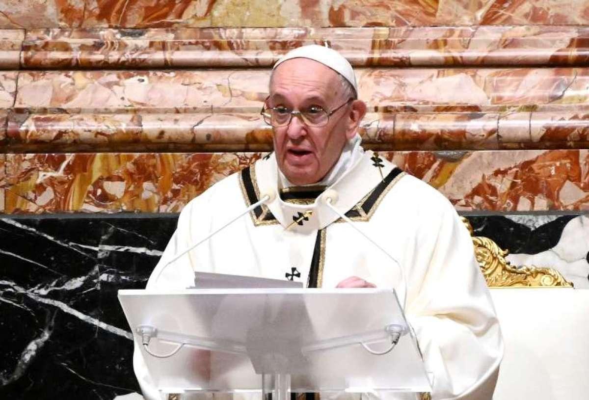 Papež Frančišek škofom znižal plače.