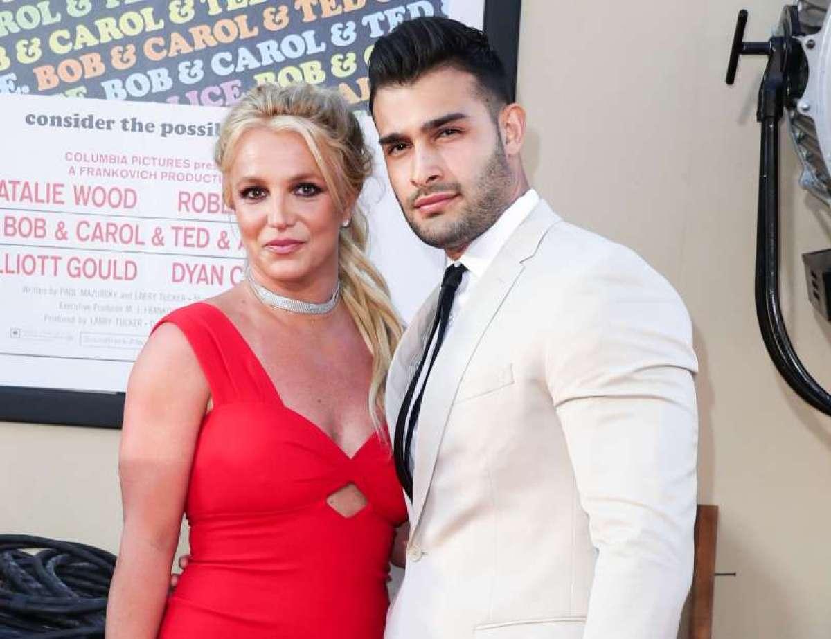 39-letna Britney Spears in 27-letni v Iranu rojeni igralec Sam Asghari sta preko Instagrama sporočila, da sta se po petih letih zveze zaročila. Novico je nato potrdil tudi njegov predstavnik za tisk.