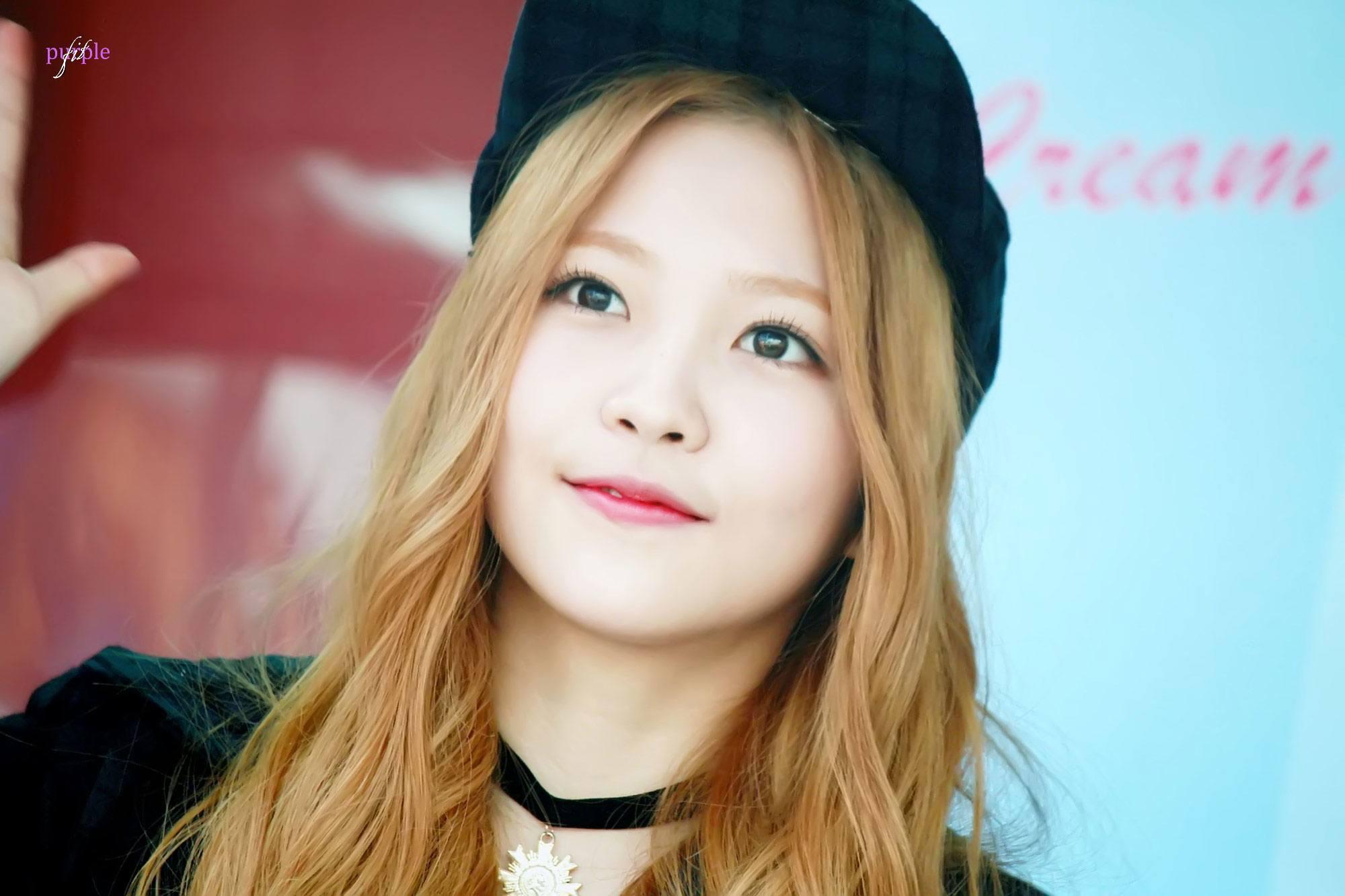Netizens praise Red Velvet Yeri for rushing to Taeyeon's aid during concert — Koreaboo