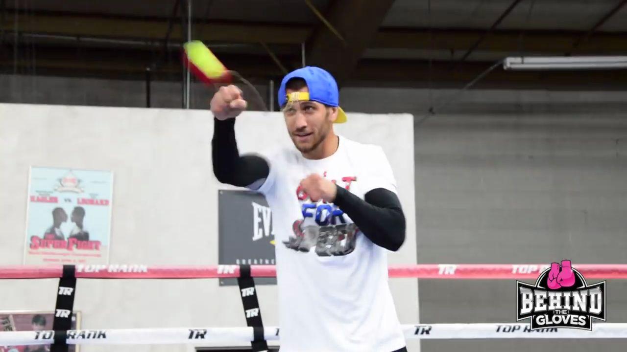 Le boxeur Vasyl Lomachenko sentraine avec une balle de tennis