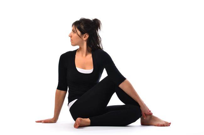 posture-de-yoga-del-arbol-o-Vakrasana