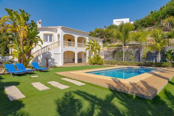 Ferienwohnungen/Ferienhäuser: 10pp Villa mit wunderschönem flachen Garten, großem Pool und viel Platz (max. 10 Personen)