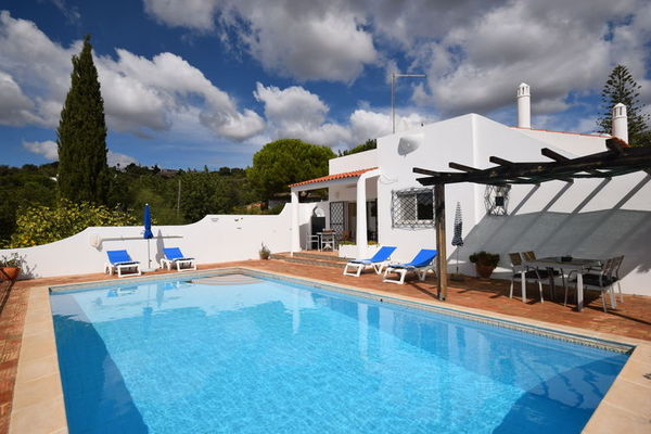 Ferienwohnungen/Ferienhäuser: Abgeschiedene und private Ferienvilla mit großem privatem Pool (max. 4 Personen)