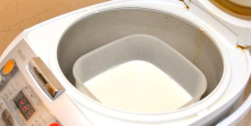 баночкам поместите контейнер йогуртницы процесс приготовления займет